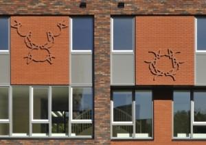 3 Keramische reliëfs van kunstenares Christine Jetten benadrukken de individualiteit van de woningen