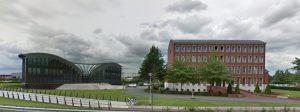 Links de nieuwbouw, rechts het kantoorgebouw van Charles VandenHove