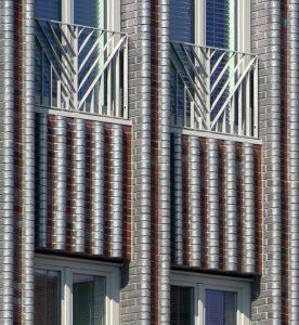 5 De gevel bestaat uit betonelementen met aangestorte steenstrips in twee kleuren