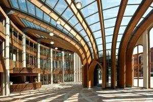 7 Monumentale entreehal met gelamineerde spanten van Siberisch Larikshout
