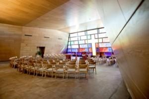 7 Het interieur van de kerk met schuine wanden voor een optimale akoestiek en een maximaal kolomvrij vloeroppervlak