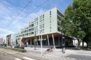2 Het opmerkelijke gebouw aan de Tussen Meer sluit in hoogte aan op de bestaande omgeving