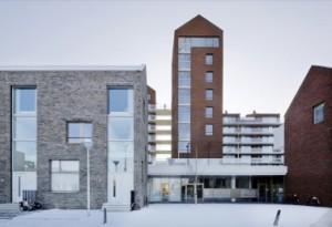 3 Het verhoogde parkeerdek wordt aan het oog onttrokken door woningen aan de Heemstedelaan