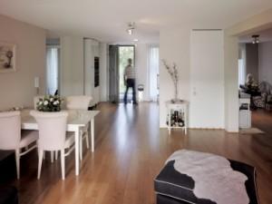11 Interieur brede woning, op verzoek van bewoners zijn bij de renovatie enkele wanden achterwege gelaten, zodat een zeer ruimtelijke woning ontstaat