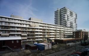 2 De balkonzijde van de gerenoveerde flat aan de Prins Frederiklaan, met nieuwe houten puien en glazen borstweringen die ter plaatse van de slaapkamers mat zijn