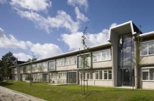De betonnen entreeportalen met raatvormige bovenlichten hebben hun functie behouden