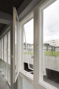 8 De dubbele rij stalen ramen met brede spouw bleek goed te hergebruiken