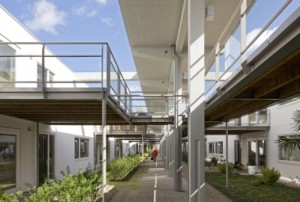 2 Van de laboratoriumhallen resteren alleen de betonnen spanten waaraan nieuwe galerijen en buitenruimten zijn gehangen