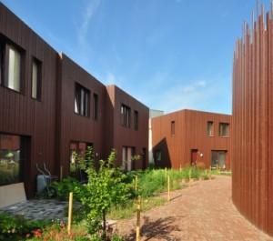 8 De houten gevelbekleding keert terug in de speels vormgegeven balustrade rond de studioterp