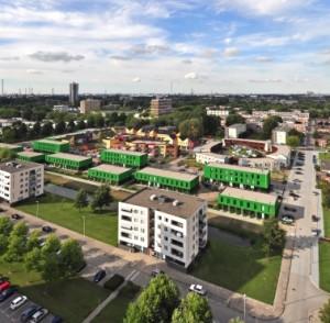 1 Meeuwenwijk in Hoogvliet, met in het midden drie co-housingprojecten: de groene blokjes door Van Bergen Kolpa Architecten, de rood/gele Hof van Heden van Bureau Opmaat en het Veld van Klanken van 24H-Architecture