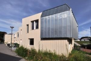 5 Muziekkamers in de vorm van zinken uitbouwen bij acht woningen markeren de entrees tot het binnenterrein
