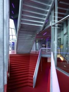 7 Een aparte trap voert de bezoekers naar de garderobe