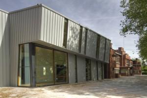 3 De nieuwe theaterzaal (met foyer) wijkt in vorm en materialisering duidelijk af van de buurgebouwen. Rechts de Beatrixschool