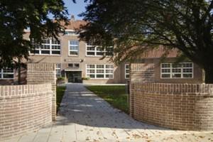 1 Hoofdentree van voormalige Christinaschool, vanaf de As van Berlage naar het domein van The Colour Kitchen