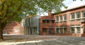 2 Monumentale platanen op het heringerichte plein. Links de voormalige Christinaschool, in het midden de nieuwe theaterzaal, rechts de voormalige Beatrixschool