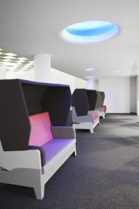8 In de speciaal ontworpen love seats zijn leds verwerkt, zodat ze meekleuren met de omgeving