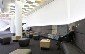 9 In de lange bank in de foyer op de eerste verdieping is verlichting geïntegreerd