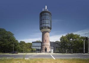 1 De watertoren met nieuwe opbouw en de nieuwbouw daarachter aan de Bussummergrindweg