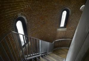 7 De trap zit vast aan de betonnen liftschacht, niet aan de toren
