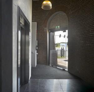 8 De ingang van de watertoren met de betonnen liftschacht