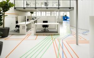 1 Vanaf de ingang gezien, de print op de vloer begeleidt de bezoeker