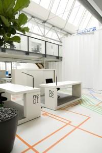 2 Turbine met verrijdbare werkplatforms, bijzondere graphics en een overlegruimte achter grote witte lamellen