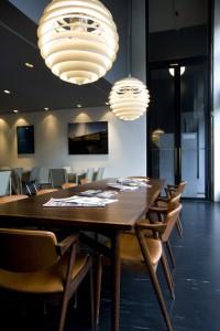 5 De palissander leestafel met stoelen en de lampen zijn Deens design