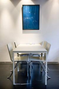 3 Tafel van Hopman en stoelen van Oud onder de ontwerptekening van Oud uit 1934