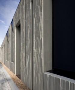 8 Verticale accenten zijn uitgesneden uit de 45 centimeter dikke massief betonnen gevel met een reliëf in rietvorm