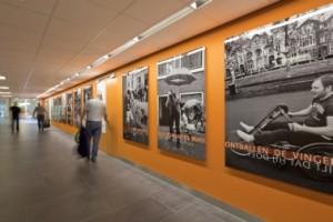 4 De wand van de gang naar de oudbouw met een gedicht van Huub van der Lubbe en levengrote foto's