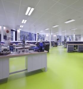 6 Werkplaats, een limoengroene gietvloer vormt het verbindende element tussen alle ruimtes van de afdeling
