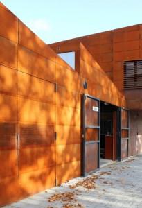 6 De maat van de deuren in de zuidgevel voor de roeiboten is ter breedte van een gevelplaat, namelijk 1,50 meter