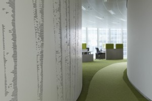 8 De vergaderzalen hebben akoestische beplating aan de buitenzijde, voorzien van een geabstraheerd berkenpatroon