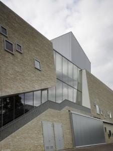 5 Ter weerszijden van een glazen pui bevinden zich trappen naar het theatercafé