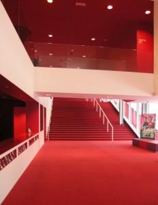 8 Garderobe en trap naar foyers, buiten loopt een paralleltrap