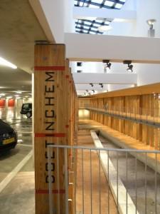 4 Vide over drie parkeerlagen, waarin een kunstwerk komt van Cornel Bierens