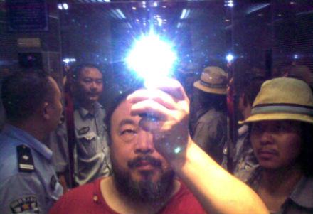 Ai Weiwei met Rockstar Zuoxiao Zuzhou in de lift tijdens arrestatie door de politie, Sichuan, China, August 2009, foto: Ai Weiwei