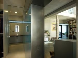 2 Het nachtgedeelte met slaapkamers, badkamer en inloopkast is het meest afgesloten deel van het huis