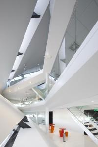 Het  interieur met lange zichtlijnen over drie verdiepingen