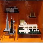 Op de voorgrond v.l.n.r.: Burj Khalifa, Willis Tower, Space Needle, Farnsworth House, daarachter het Guggenheim Museum, daarboven het Rockefeller Center en linksboven het Witte Huis