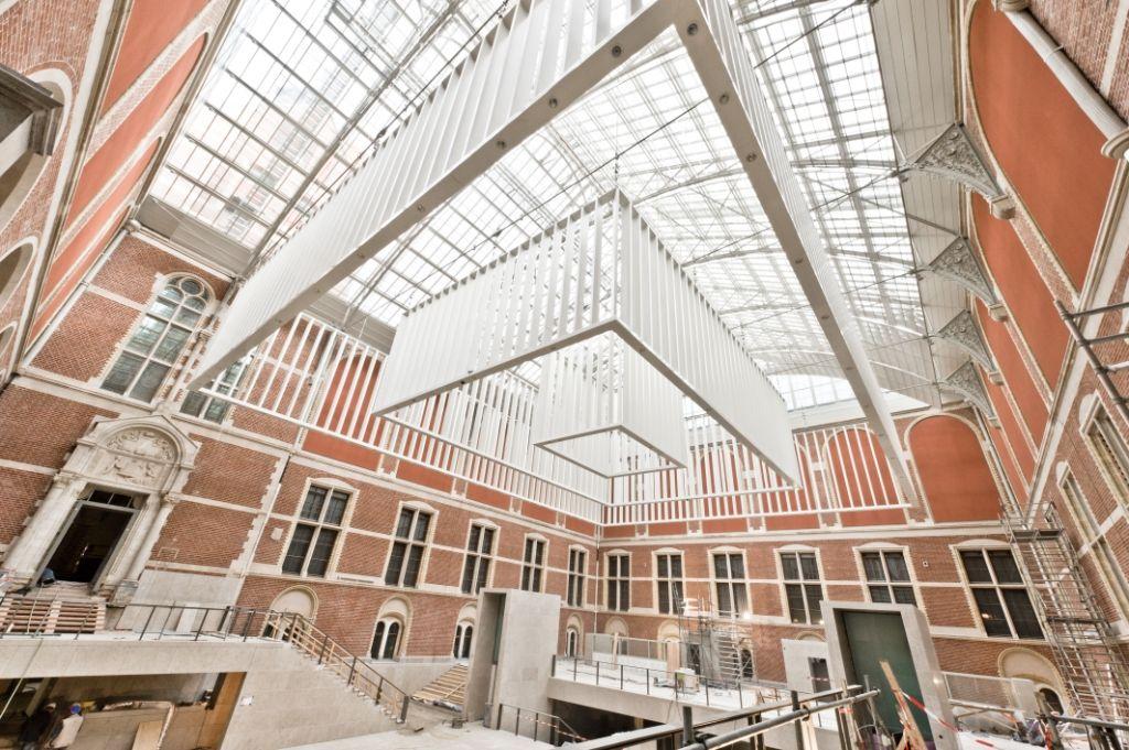 Atria rijksmuseum voorzien van kroonluchters - Architectuur en constructie ...