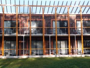 Zuidgevel met een terras of balkons bij elke hotelkamer. Foto Jacqueline Knudsen.