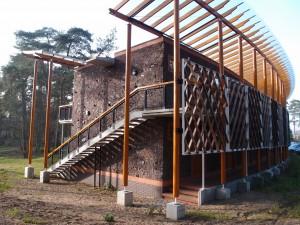 Oostelijke kopgevel met luie trap, betonnen spuwer en iroko schermen. Foto Jacqueline Knudsen.