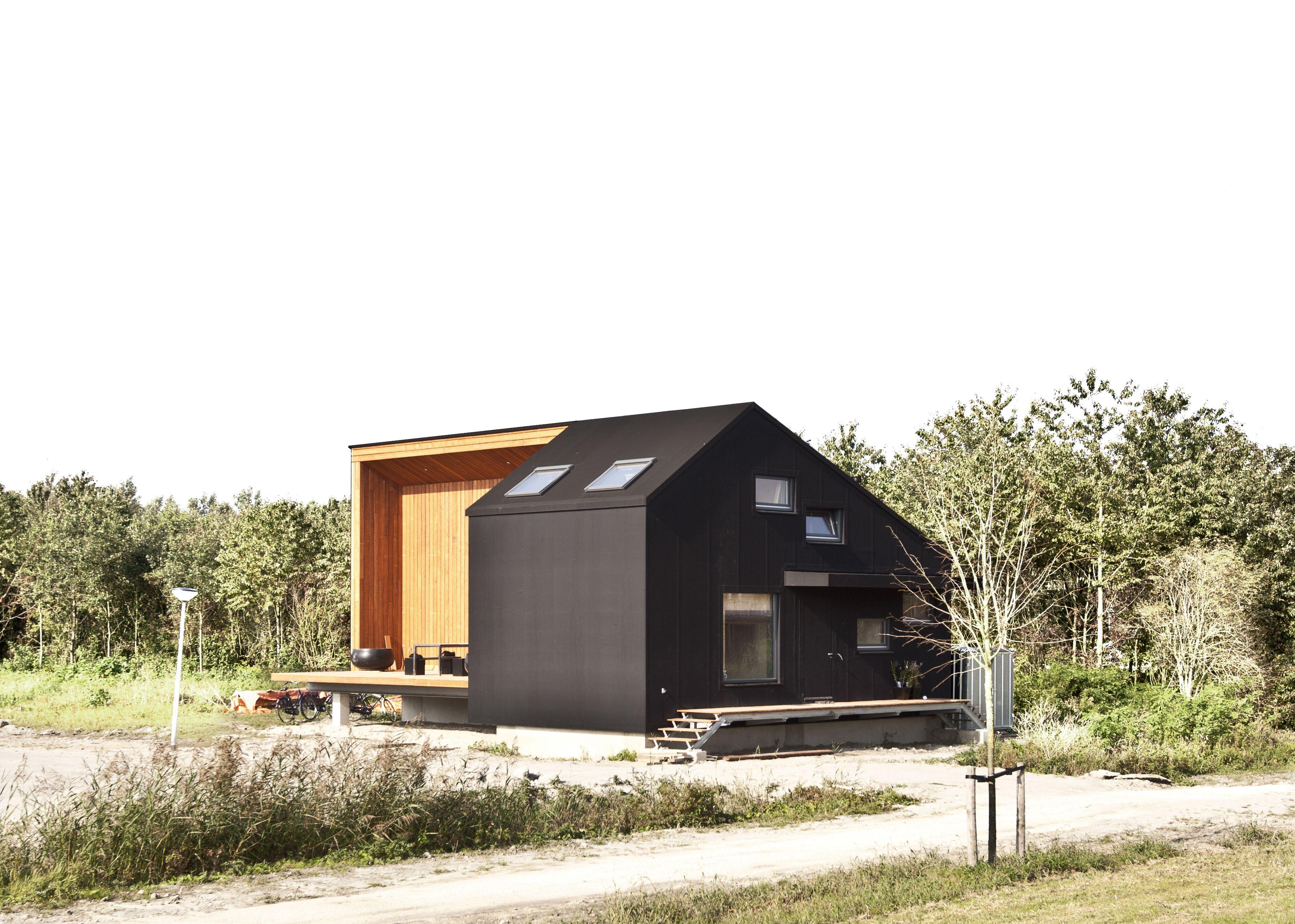 Houten huis met zwarte rubberen huid - Houten huis ...