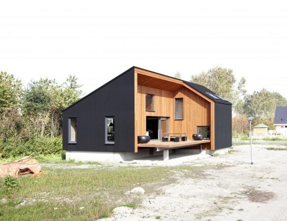 Houten huis met zwarte rubberen huid for Hout huis