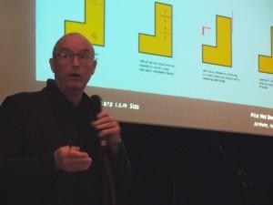 architect Eric Vreedenburg licht de opzet van de pilotwoning toe