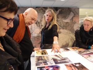 Barbara Broekman geeft een toelichting op haar ontwerpen op de open dag
