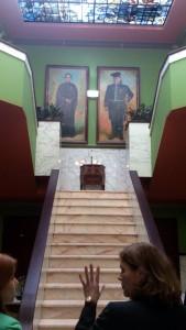 Gerestaureerde hal van de villa, de kleuren van 1938 zijn weer teruggebracht. Bovenaan de trap de portretten van oprichter/ontwerper Jan en en zijn vrouw Heinnie Jongerius.