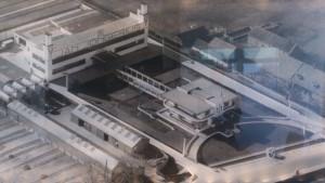 Oude luchtfoto met links het kantoorgebouw die via een pergola met de villa links was verbonden
