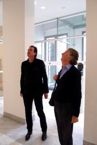 Directeur van de Fundatie Ralph Keuning en architect Hubert-Jan Henket inspecteren de laatste werkzaamheden